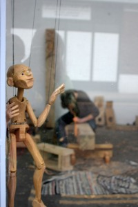 carving-martin-at-work-at-sm-with-puppet
